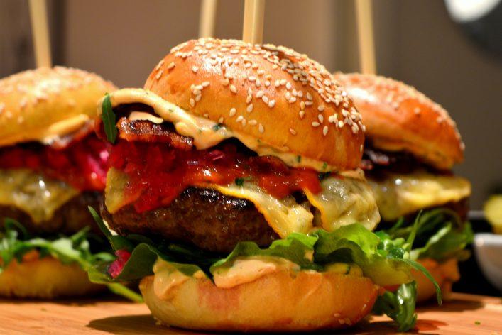 Hjemmelaget hamburger med chilimajones