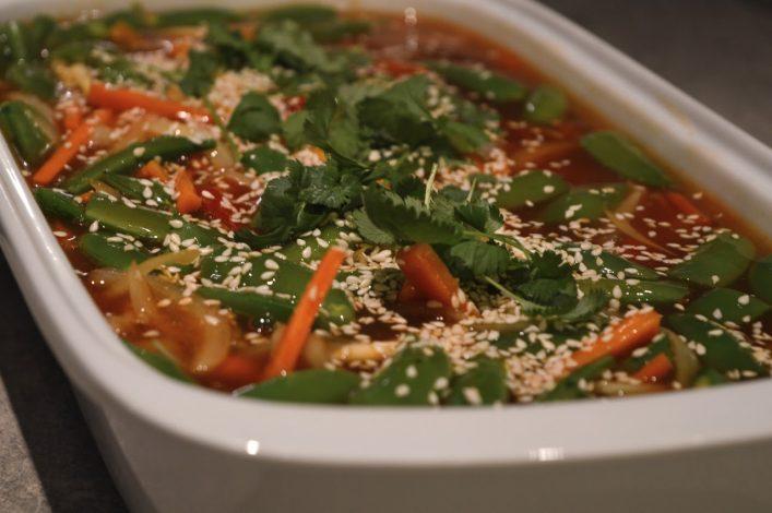 Sursøt saus med grønnsaker