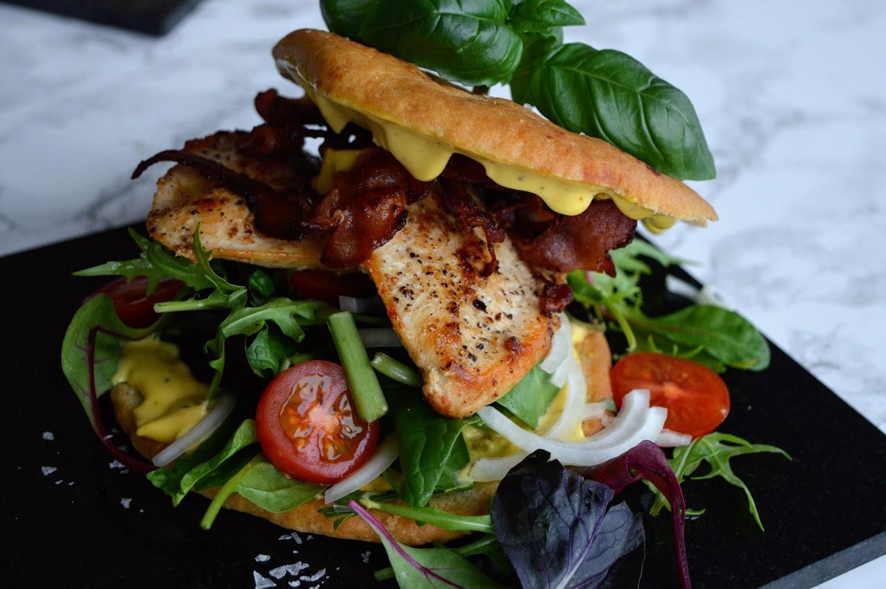 Focacciasandwich med kylling, bacon og sennepsdressing