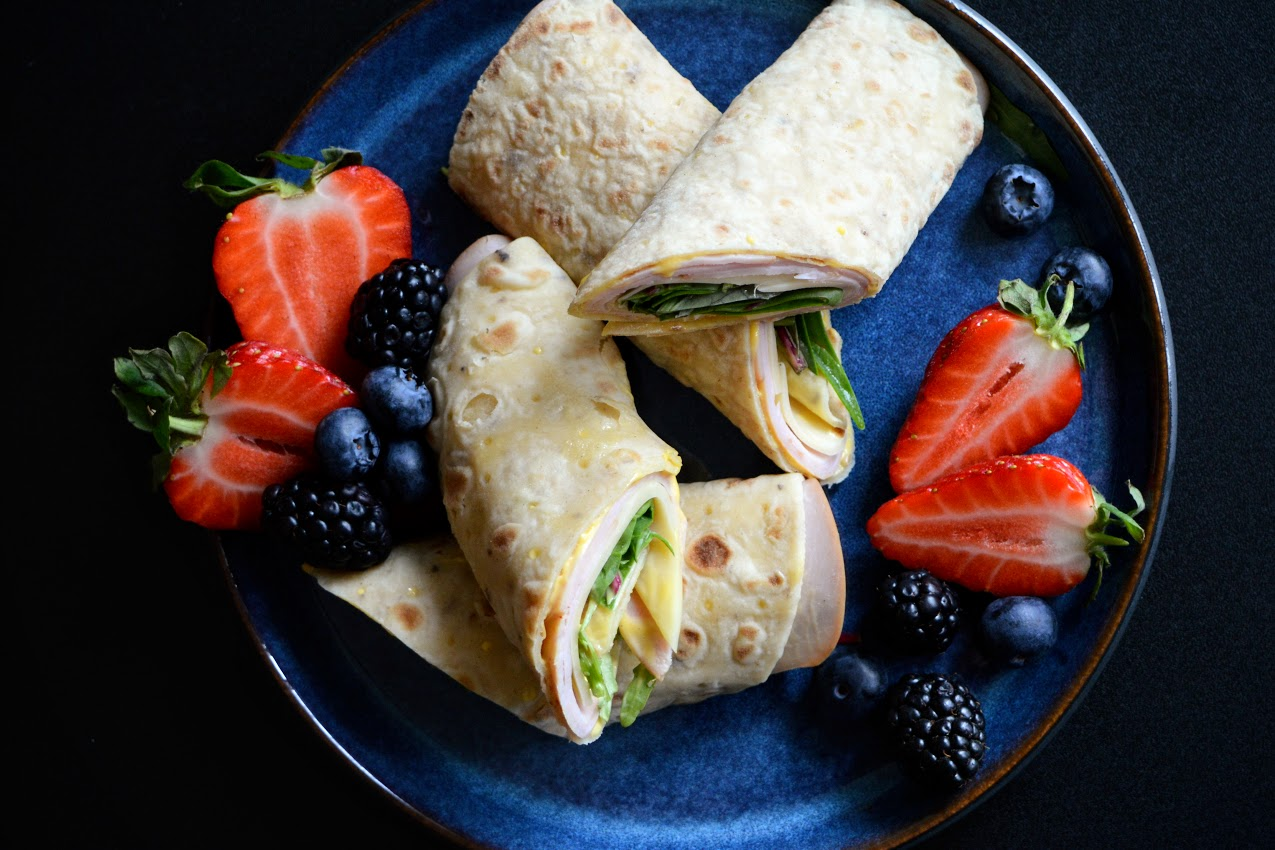 Speltlompe med ost, skinke og sennepsdressing