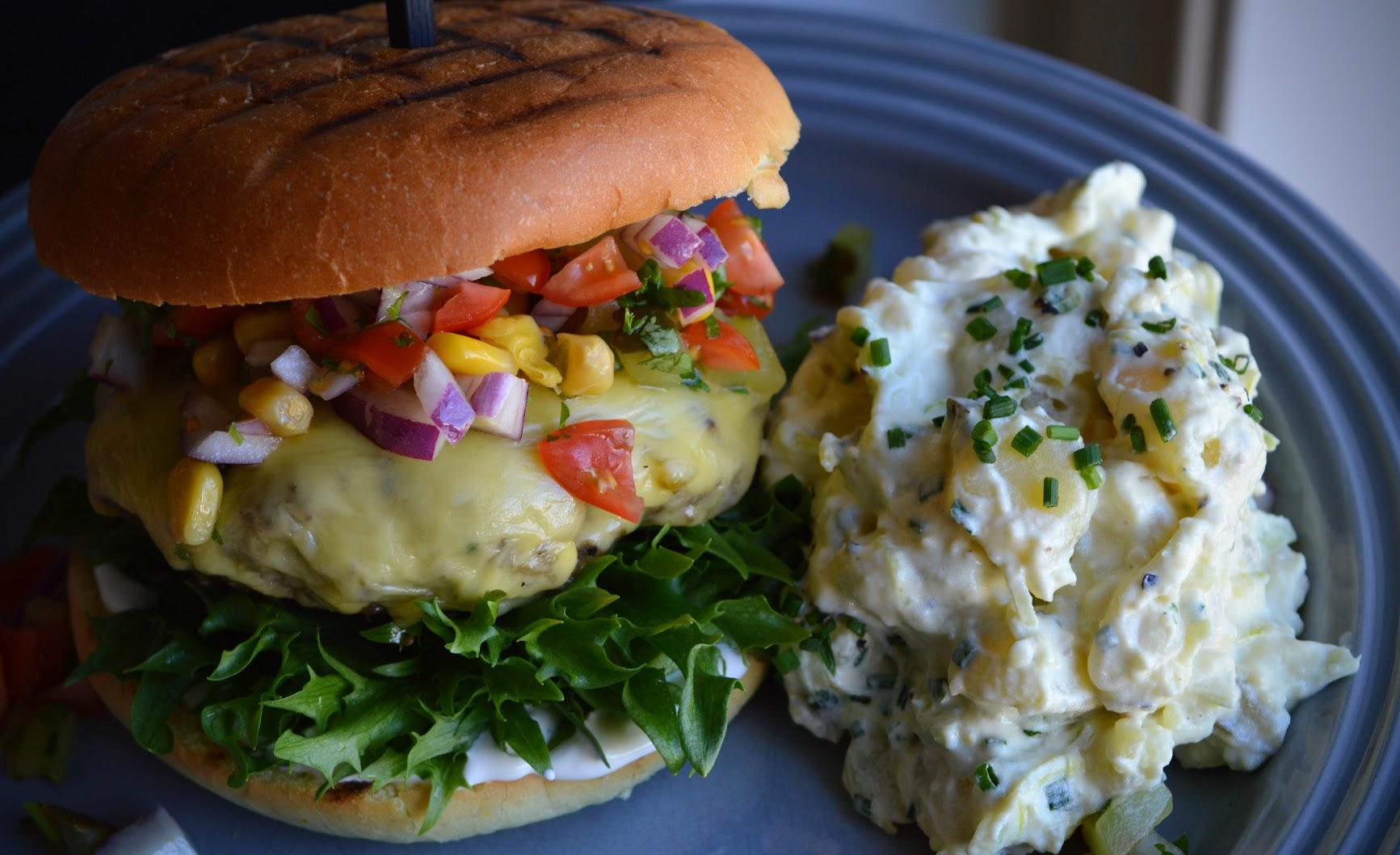 Hamburger med hjemmelaget potetsalat