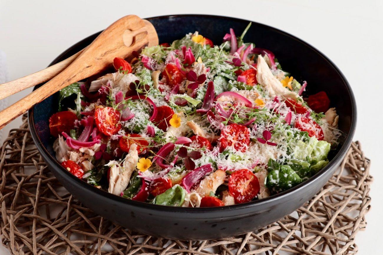 Kyllingsalat med fetaostkrem og syltet rødløk