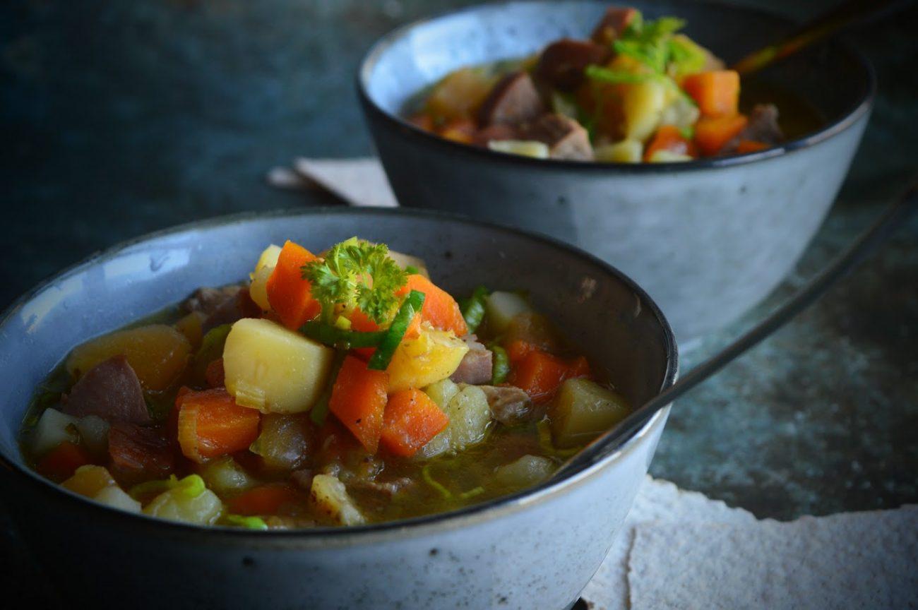 Grønnsakssuppe med pølser, kjøtt og timian