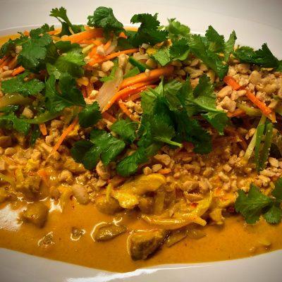 Chicken curry saus grønnsaker peanøtter koriander