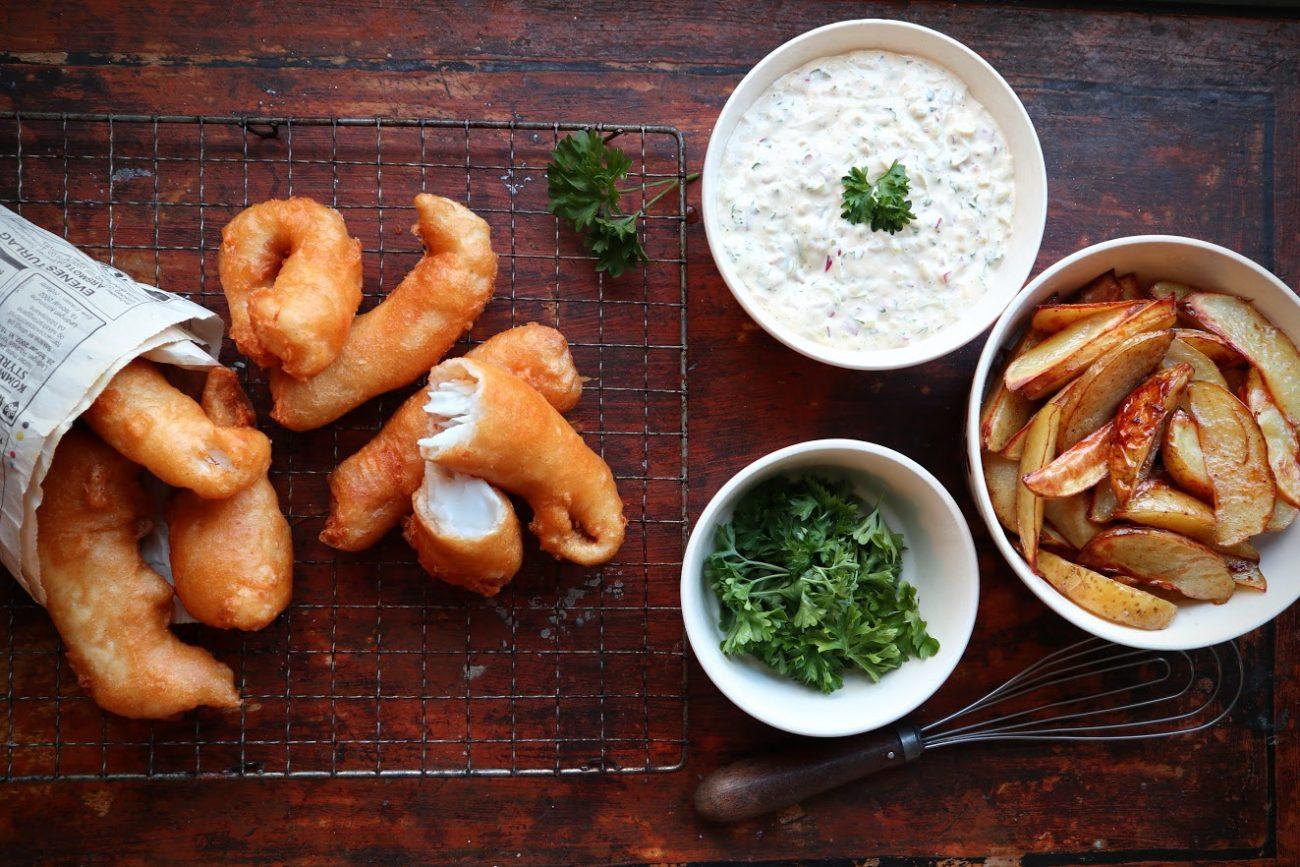 Fish and chips med remulade og ovnsbakte potetbåter